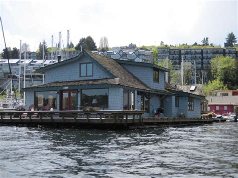 sleepless in seattle house the sleepless in seattle houseboat floating homes pintere