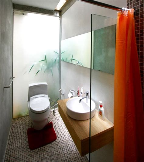window looks out on outdoor for tiny house bathroom design