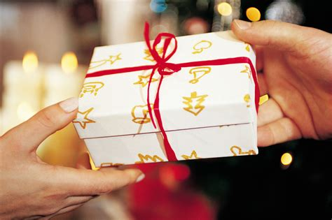 best christmas gift traditions لتكون أكثر ذوقا ويحبك الأخرين تعلم فن و اتيكيت تقديم الهدايا