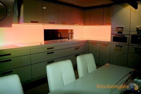 achterwand keuken led glazen keukenwand met oranje ledverlichting keukenglas
