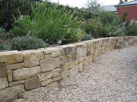 sandstein feuerstelle die besten 25 sandsteinmauer ideen auf