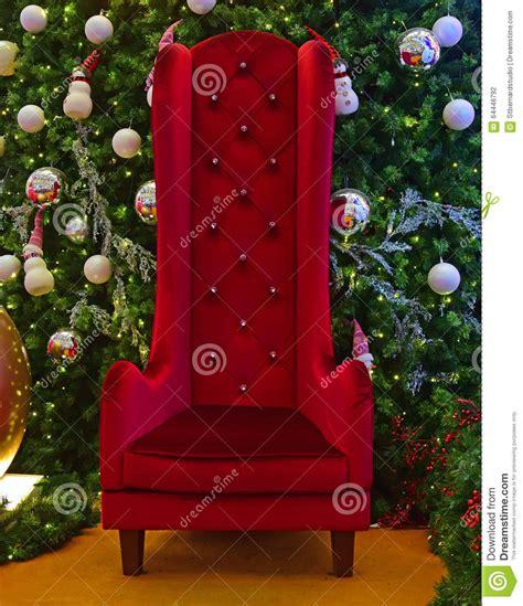 arboles de naviadad con santa clous silla alta grande para santa claus con el 225 rbol de navidad verde en el fondo foto de archivo