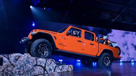 Jeep For 2020 by 2020 Jeep Gladiator Debuts Not Just A Wrangler Truck