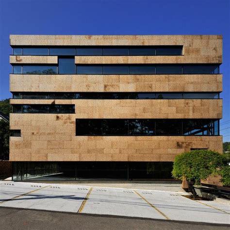 fassade horizontal windows create horizontal stripes across the facade