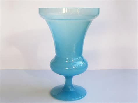 vase mdicis sur pidouche en opaline bleue poque xixe
