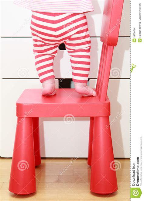 sulla sedia i piedi sulla sedia bambino bambini bambino si