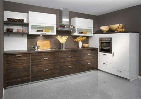 Merveilleux Repeindre Cuisine En Bois #1: suggestion-comment-repeindre-sa-cuisine-murs-couleur-gris-taupe-meuble-cuisine-en-bois-marron.jpg