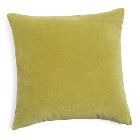 coussin vert olive coussin en velours vert olive 45 x 45 cm maisons du monde