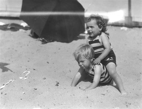 marilyn monroe s mother marilyn monroe on the beach with her mother in 1929 flashbak