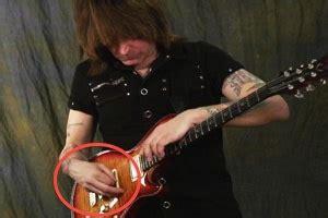 cara bermain gitar ala nathan cara memegang pick gitar ala gitaris terkenal seperti john