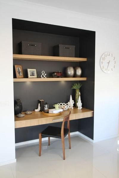 schreibtisch trennw nde black painted walls with wood shelving built in desk ideas