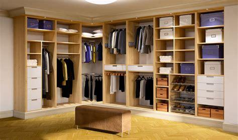 kleiderschrank mit spiegel und schiebetüren schlafzimmer gestalten gelb