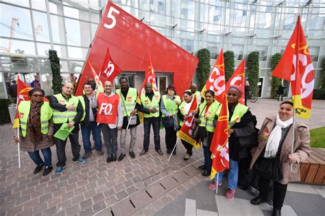 une quinzaine de salari 233 s du groupe louvre h 244 tel proteste