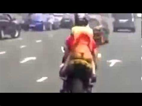 vidio jupe humour une mini jupe sur une moto pardon une fille sur