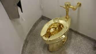 klo mit wasserstrahl und föhn goldenes klo im guggenheim betrachten und benutzen de