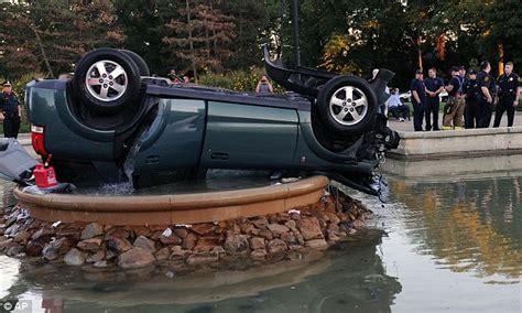 Air Mancur Jarak 50 Cm kecelakaan maut mobil terbalik di air mancur merdeka