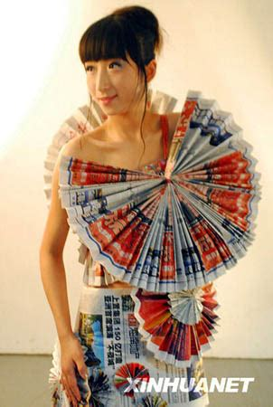 desain dress daur ulang a student model from hainan university wears an evening