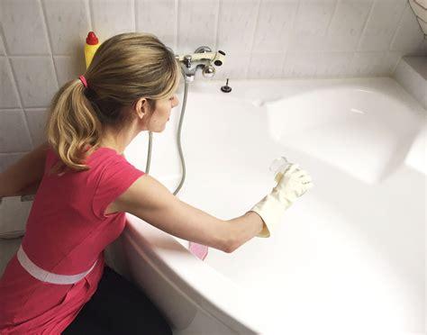 badewanne reinigen badewanne putzen die besten tricks rosanisiert
