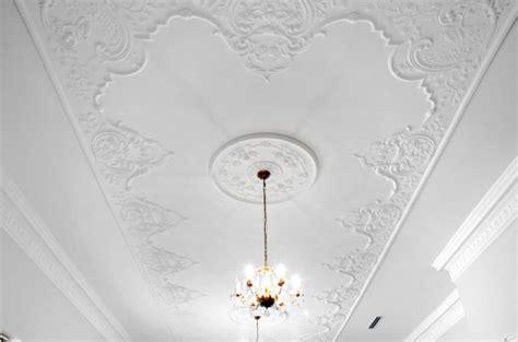 gessolino per soffitti come decorare casa con gli stucchi in gesso dai rosoni ai