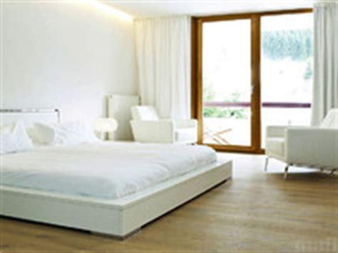 schlafzimmer mit parkettboden villa strengelbach reist interior
