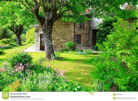 Garten Und Haus Shop by Gro 223 Artiger Garten Und Altes Haus Stockbild Bild 2440251