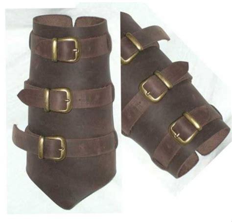 como hacer brazaletes de cuero brazaletes y protectores de brazos en cuero tienda medieval