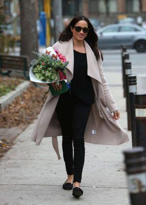meghan markle shopping in toronto 09 gotceleb meghan markle shopping for flowers in toronto