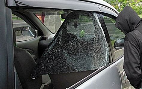 mobil dinas kejari bukittinggi diamuk tukang parkir
