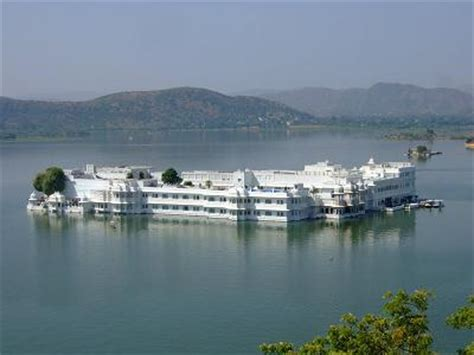 speed boat udaipur udaipur boat ride view lake palace boat ride in lake