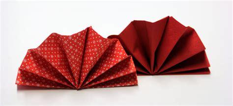 serviettenfalttechniken mit papierservietten servietten falten effektvolle tischdeko schnell bis