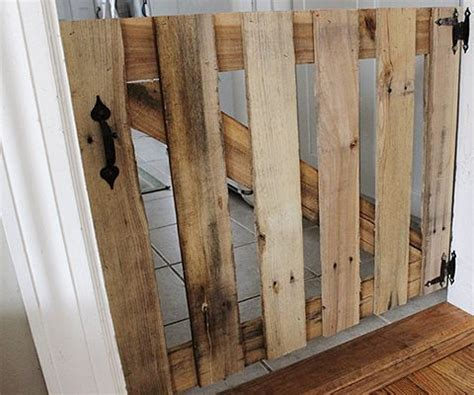 cheap dog gates for the house mais de 1000 ideias sobre pallet dog house no pinterest casas de cachorros quentes