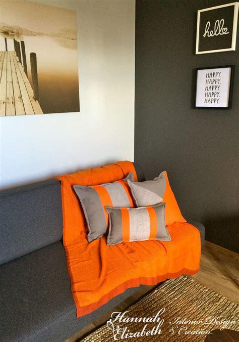 Délicieux Decoration Salon Blanc Et Gris #2: coin-salon-gris-et-orange-canape-et-coussins.jpg