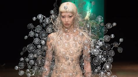Designing Couture In The City Fashion by Iris Herpen S Aeriform Celebration Futur404