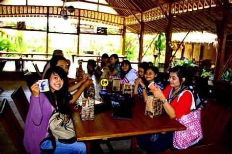 Meja Makan Jogja suasana di restoran mang engking depok foto restoran