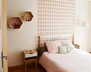 chambre papier peint g 233 om 233 trique losanges t 234 te de lit