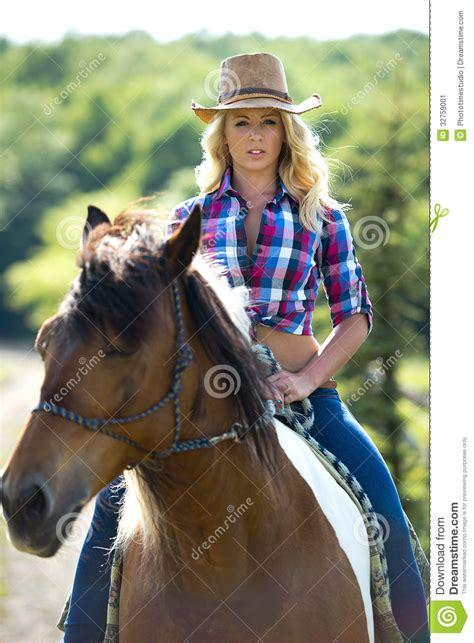 donna bionda con il cavallo immagine stock immagine bellezza occidentale sul cavallo immagine stock immagine