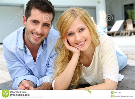 imagenes jovenes alegres pares jovenes alegres imagen de archivo imagen 28518181