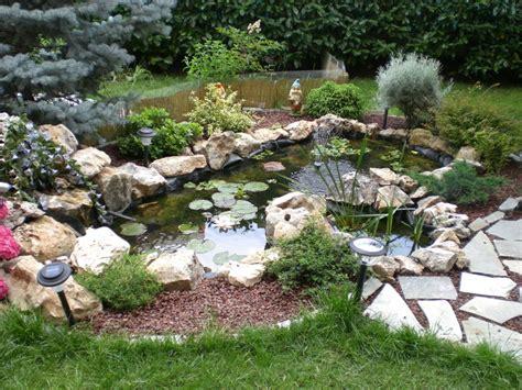come abbellire un giardino con pietre vita nei laghetti
