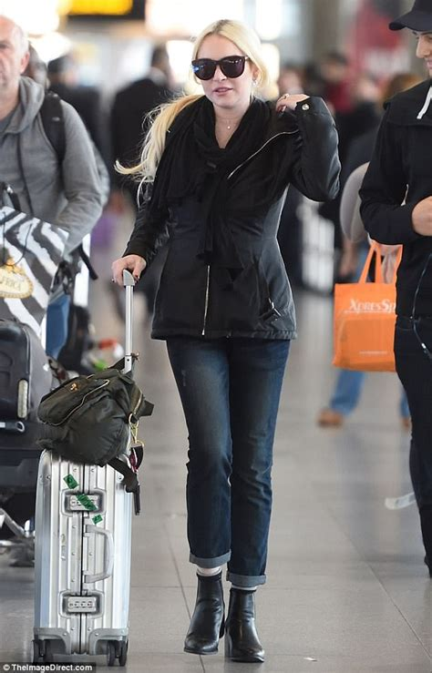 Lindsay Lohan Back To Boozing Ways by Lindsay Lohan Jets Into Jfk From Dubai Daily Mail