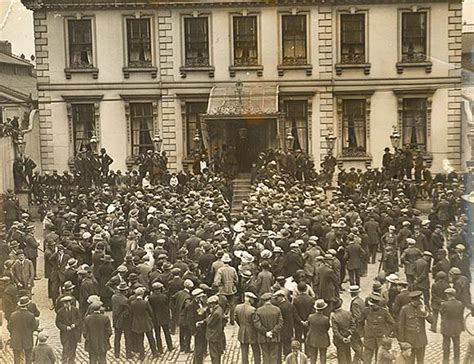 house of war file crowd at mansion house dublin ahead of war of independence truce july 8 1921 jpg