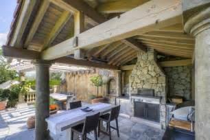 Awesome Construction Cuisine D Ete Exterieure #3: Cuisine-extérieure-rustique-terrasse-pierre-toiture-bois.jpg