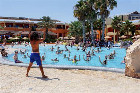 würmer im pool was tun touristen am feiertag tun wasseraerobic im pool