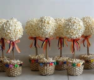 De bandeirolas e flores que podem ser naturais ou artificiais e para