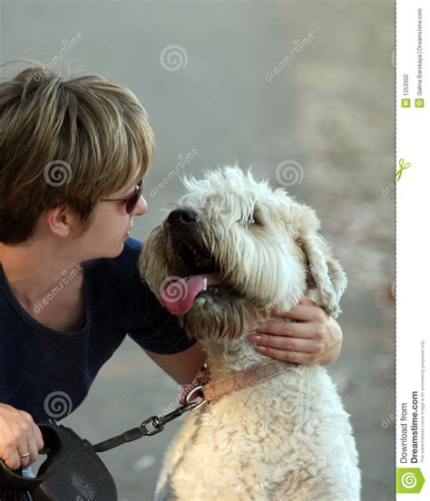 mujer se pega con su mascota mujer con su perro foto de archivo imagen 1253300
