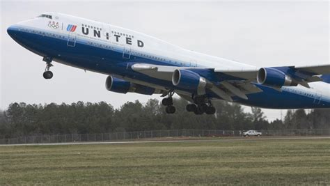 United Change Flight Fee by United Airlines Loss Narrows Cbs News