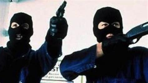banca popolare di novara caserta banditi armati di pistola rapinano la banca popolare di