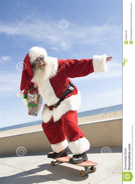 imagenes de santa claus en la playa mano de santa claus skateboarding with gift in imagen de