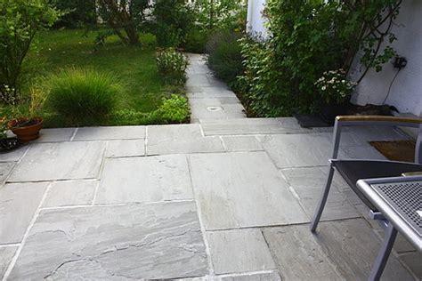 naturstein terrasse kosten grauer sandstein vom natursteinh 228 ndler jonastone