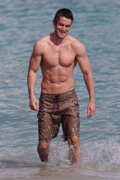 Robert Buckley camina semidesnudo por la playa   mas que