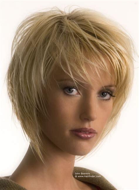 Fransiger Stufenschnitt in Blond mit Styling der Strähnen in Richtung Gesicht